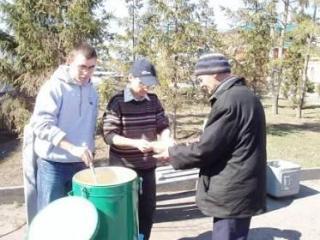 Добровольцы из церкви в Казани кормят бедных на улицах города