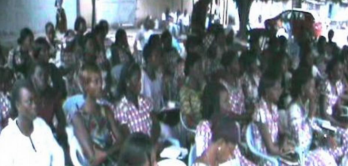 В церкви Христа в Абиджане сразу 400 человек изучают Библию