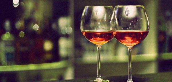 Книга Притч поощряет употребление алкоголя?