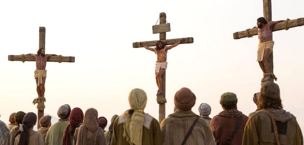 Разбойники на кресте, распятые с Иисусом - разные описания в Библии?