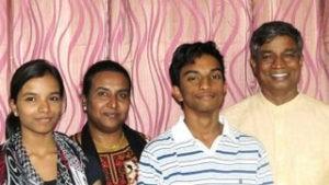 Крещение в Индии: подростки следуют по пути родителей