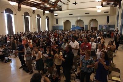 На первой христианской службе в Тусоне (США) приняло участие 470 человек