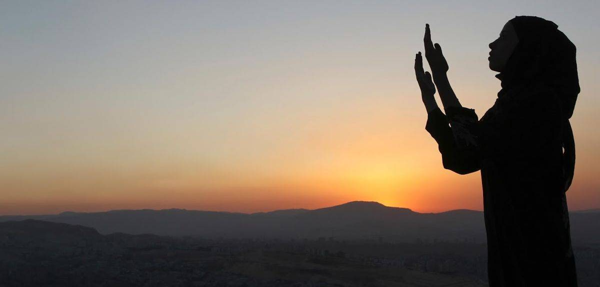Должны ли женщины покрывать голову во время молитвы?