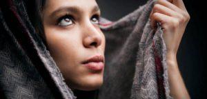 Покрытие головы женщины в Библии в молитве: о чем это Павел?