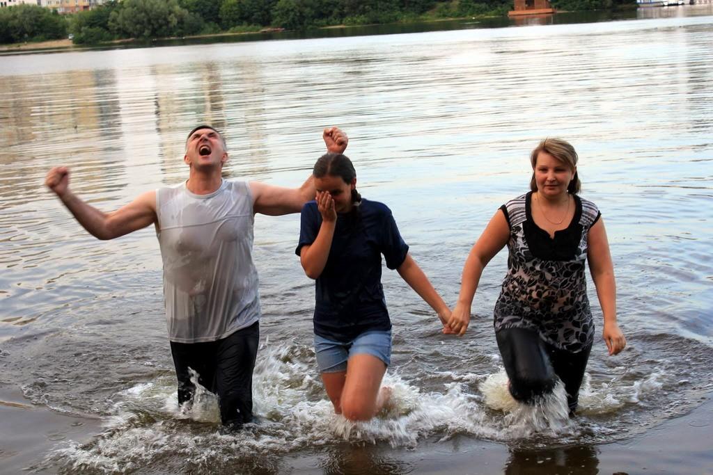 Церковь в Киеве празднует крещение подростков