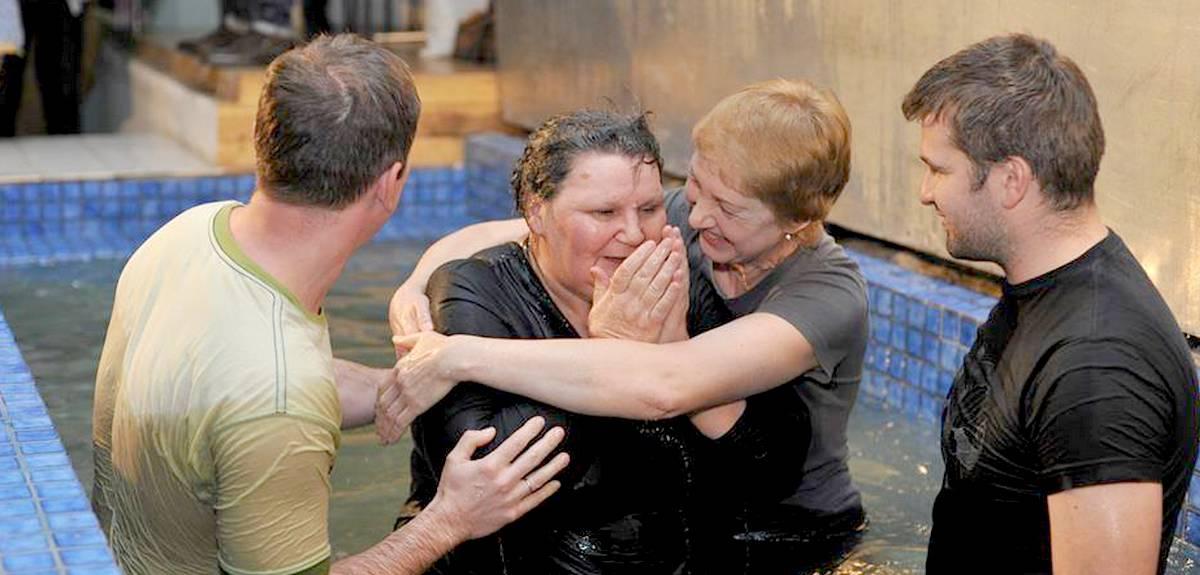 В киевской церкви крестилась школьная учительница