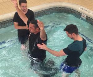 Крещение в Сент-Луисе, США - он буквально носил огромный крест