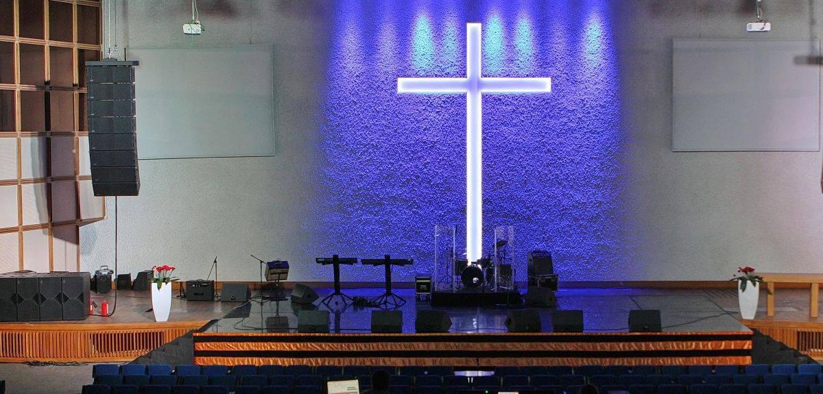 Может ли женщина молиться на собрании церкви?