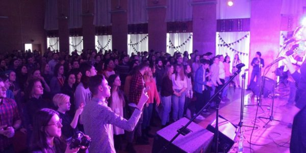 Церкви Москвы и Санкт-Петербурга проводят бал для подростков