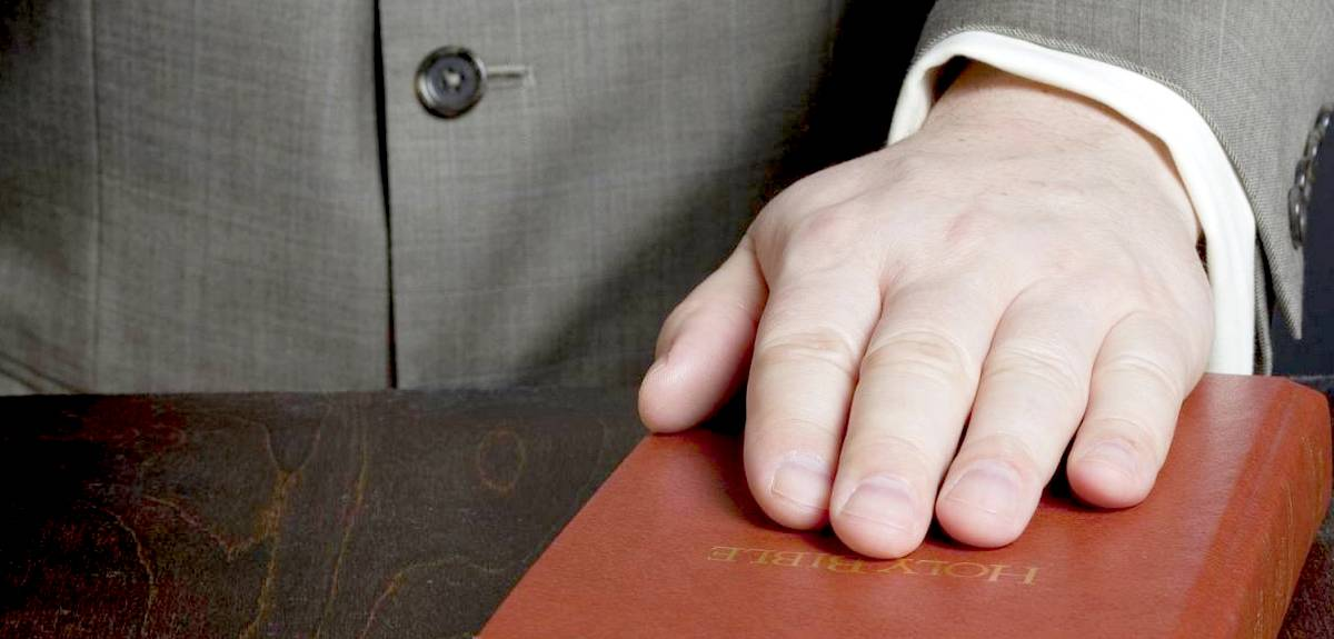 Может ли христианин клясться на Библии в суде?